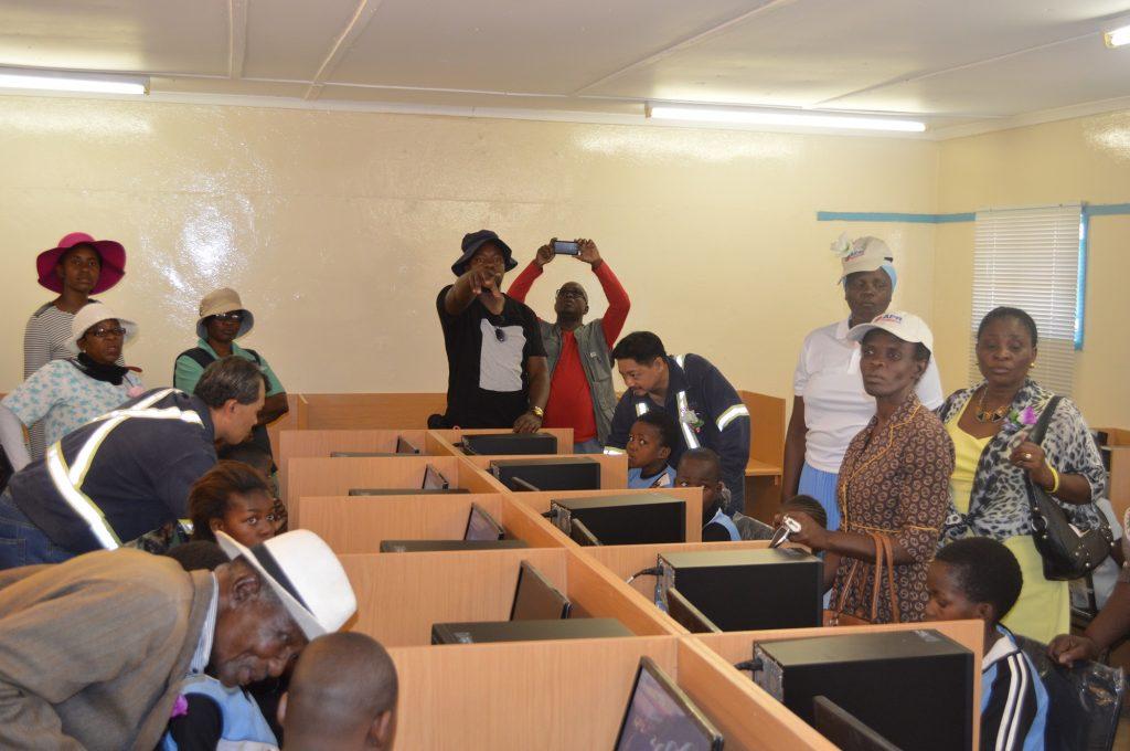 matsiloje-arents-students-local-officials-at-refurbished-computer-lab